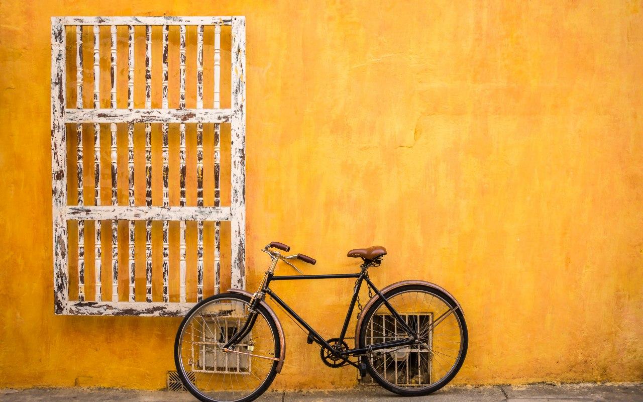 Un vélo sur un mur coloré de Carthagène