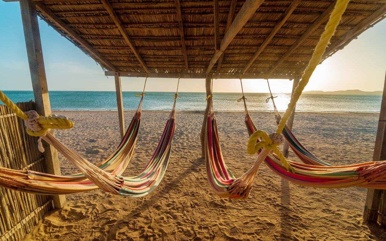 Hamacs sur une plage de Colombie