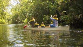 Canoe en famille sur une rivière