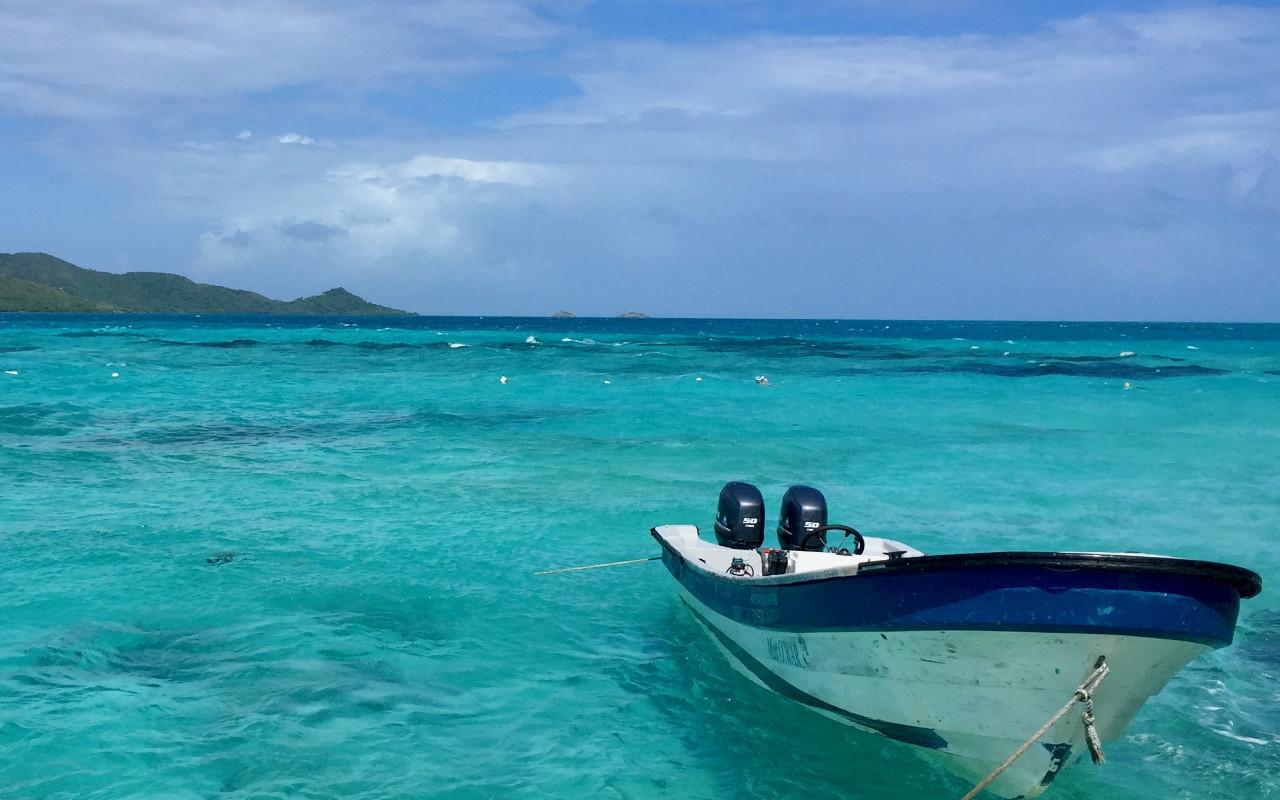 Bateau amarré dans les eaux claires de Providencia