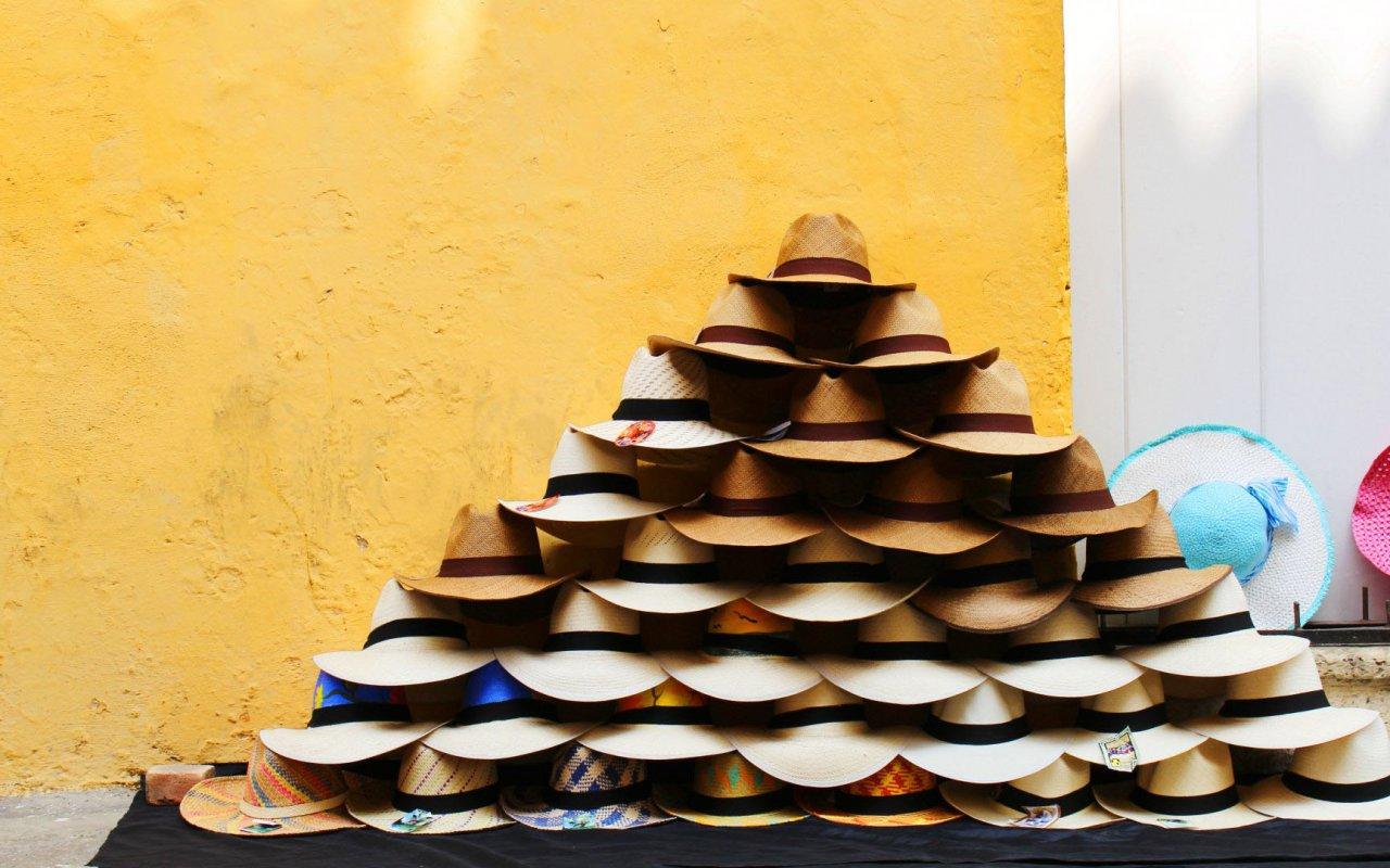 Chapeaux dans les rues de Carthagène en Colombie