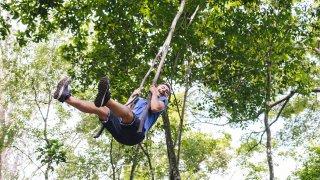 Un enfant dans la jungle de Minca en Colombie