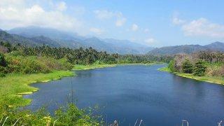 Remonter la rivière Don Diego vers la réserve Tayronaka en Colombie