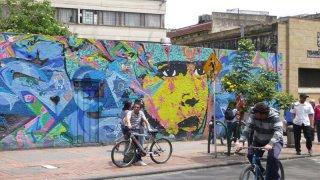 À vélo dans le centre ville de Bogota en Colombie