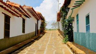 Les ruelles pavées de Barichcara dans le Santander