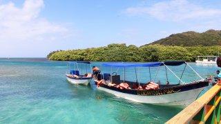 Bateau dans l'archipel San Bernado en Colombie