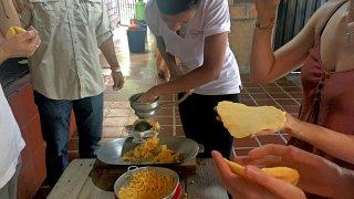 Confection d'arepas à Medellin
