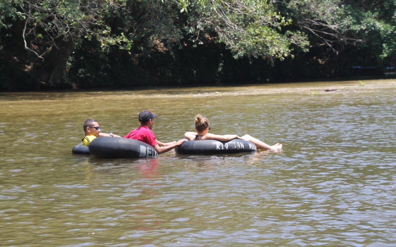 Descente du rio Don diego en bouée près du site Tayronaka en Colombie