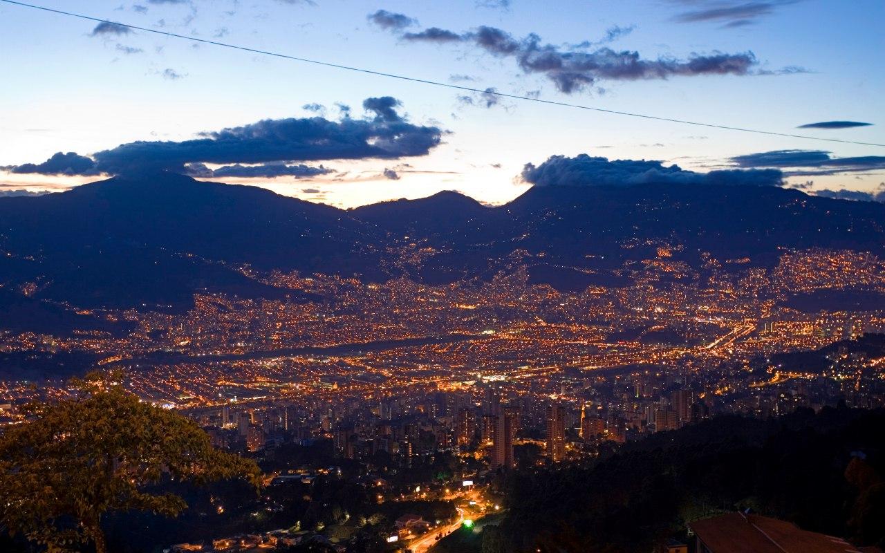 La ville de Medellin à la tombée de la nuit