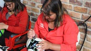 Confection artisanale de ballons de football à Mongui en Colombie