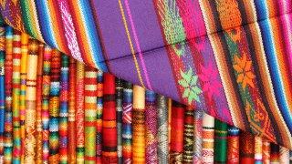 Tissus colorés du marché d'otavalo en Equateur