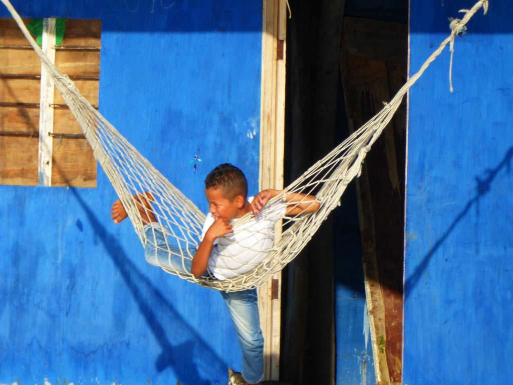 Petit garçon dans un hamac dans la Cienaga en Colombie
