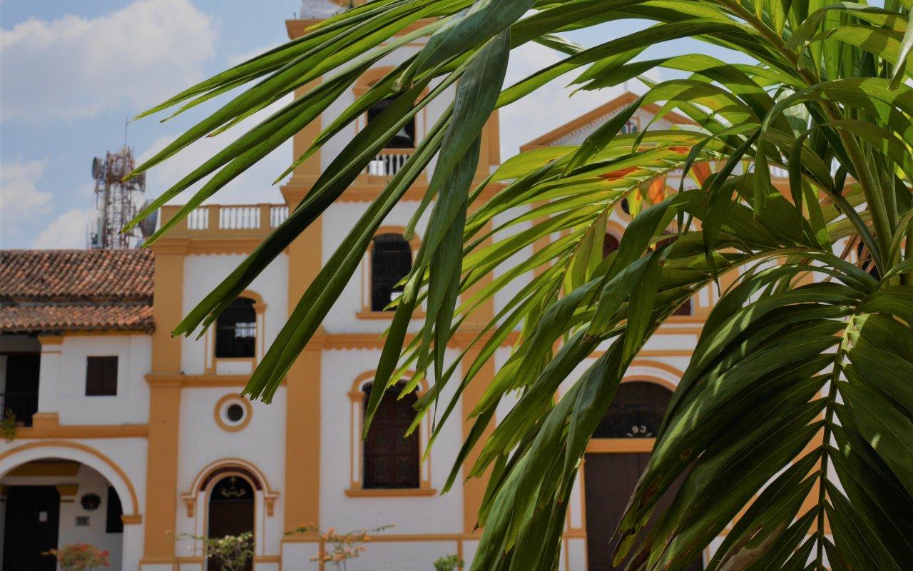 Les places ensoleillées de Mompox en Colombie