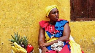 La typique Palenquera à Carthagène en Colombie