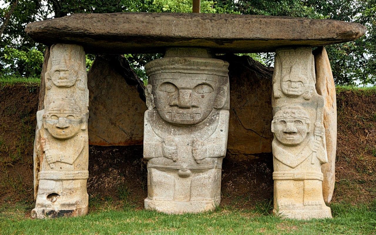 3 anciennes statues à San Augustin