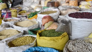 Sacs de légumineuses et légumes à Cusco