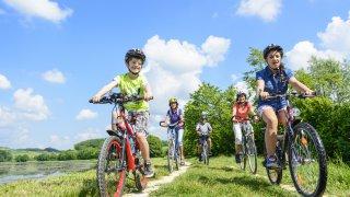 Famille en vélo en Colombie