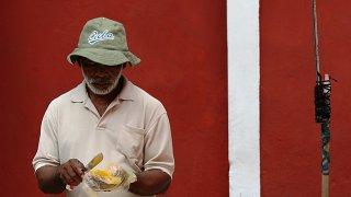 Les vendeurs de rue à Mompox en Colombie
