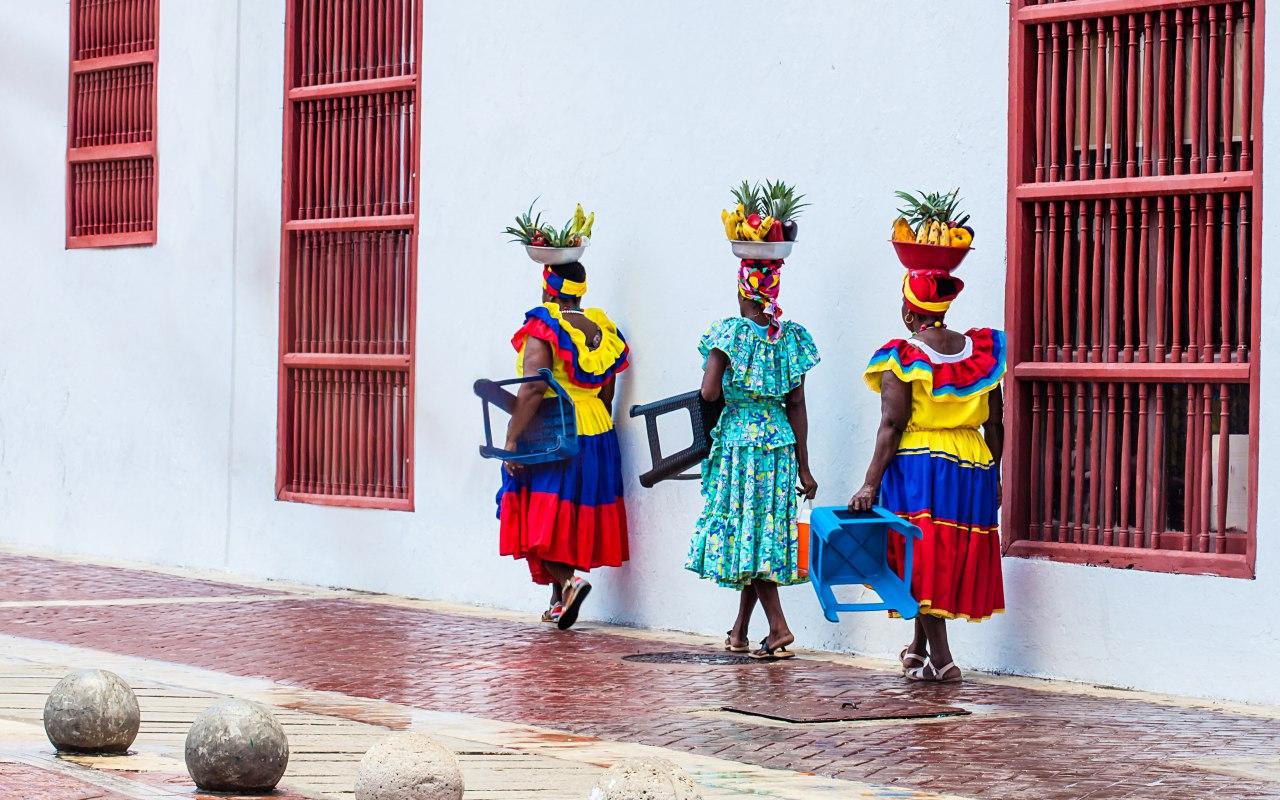 Des Colombiens sur un banc de la place principale de Filandia en Colombie